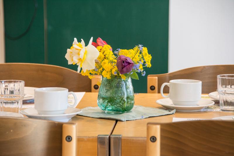 Berghof Hallau Gruppenhaus Vase Blumen Tisch
